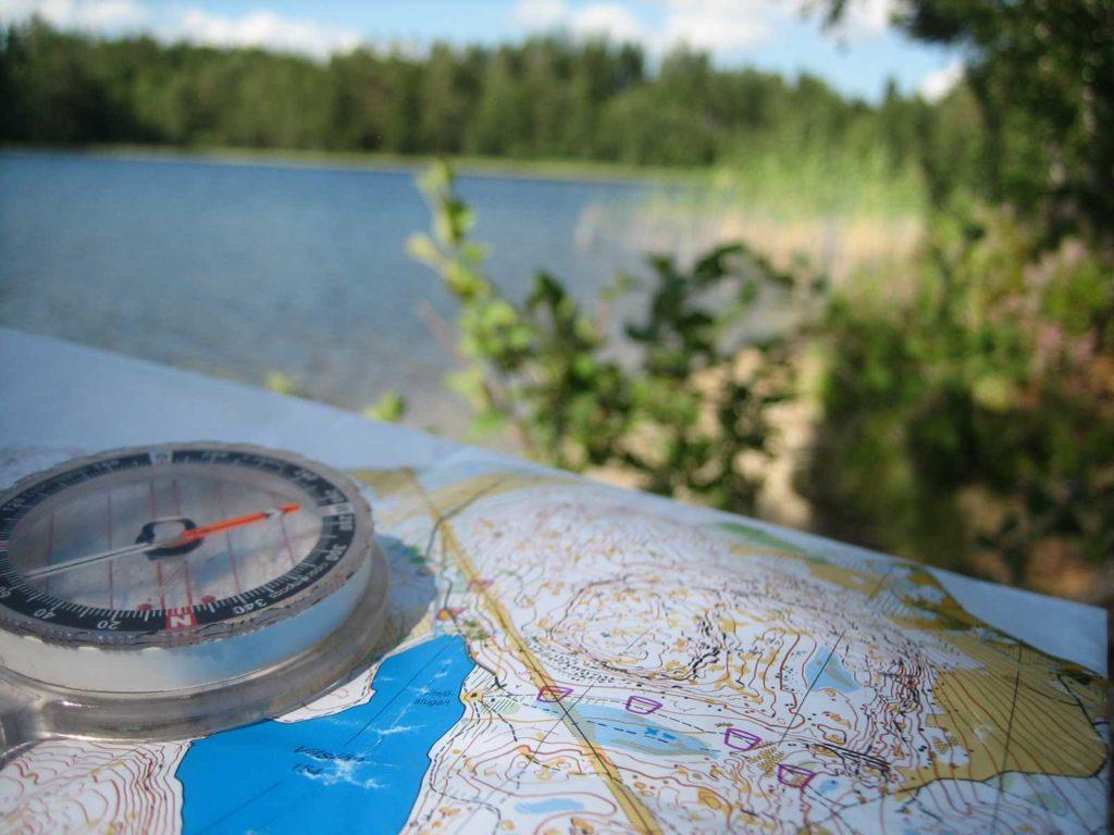 Mit Karte und Kompass im Wald orientieren